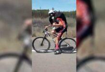 ciclistas rescatan a un perro