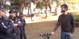 policía de málaga regala bicicleta a un repartidor de glovo