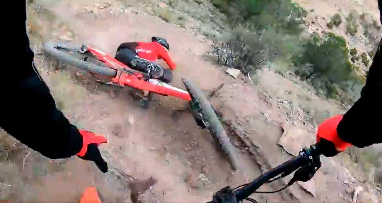 sergio mantencon se cae con su bicicleta de mtb