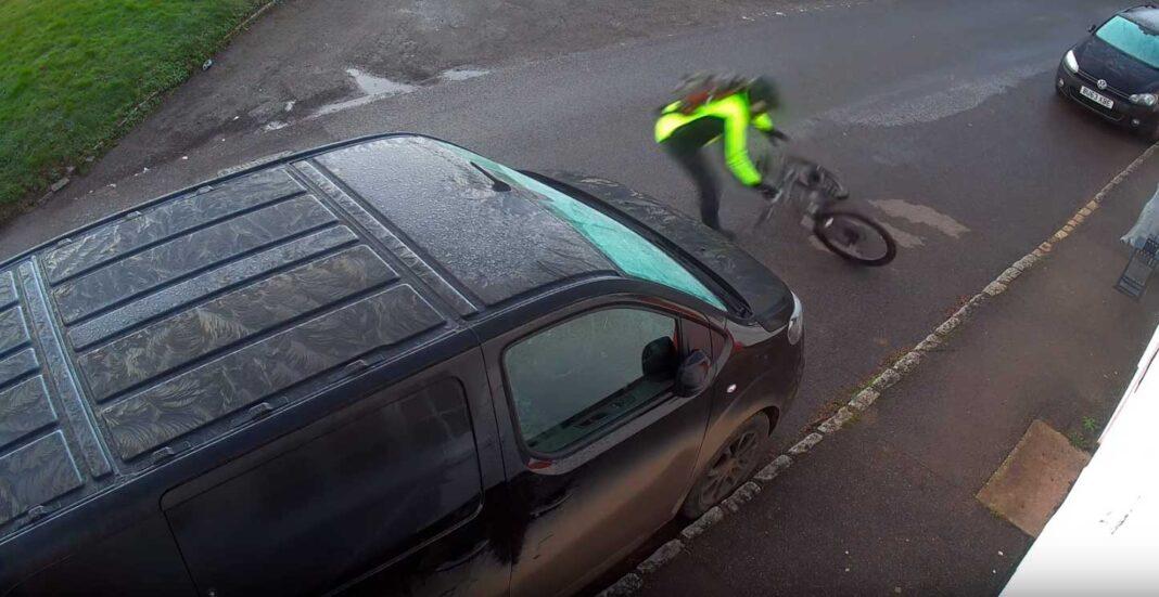 un ciclista se estampa contra un coche por el hielo