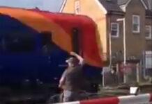 Vídeo: A punto de ser atropellado por un tren al saltarse el paso a nivel con su bicicleta