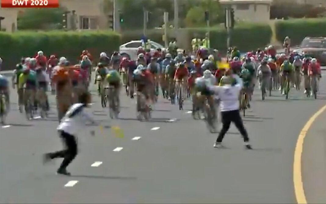Vídeo-Al-borde-del-desastre-por-la-mala-organización-en-el-Dubai-Womens-Tour