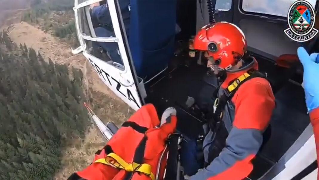 Vídeo-Impresionante-rescate-de-la-Ertzaintza-en-helicóptero-a-un-ciclista-herido-en-la-montaña