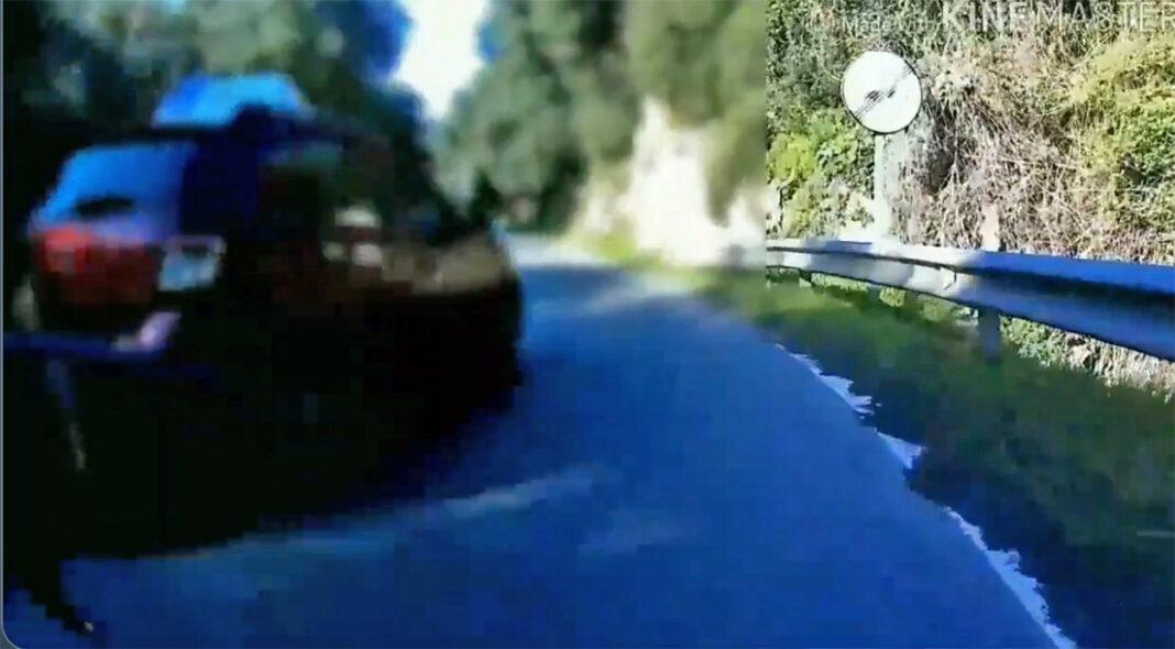Vídeo: Un coche de autoescuela adelantando en una curva sin visibilidad