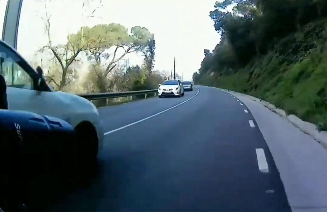 Vídeo-Un-coche-de-autoescuela-adelantando-temerariamente-a-un-ciclista
