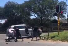 Vídeo: Un conductor atropella a un ciclista y se lía a tortazos con él por golpear su coche