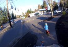 Vídeo: Un niño de 4 años da una lección a los conductores con su bicicleta