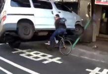 ciclista-se-salva-por-los-pelos-de-ser-atropellado-y-aplastado-en-un-accidente-entre-dos-coches