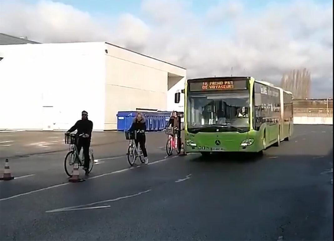 conductor-de-autobus-montado-en-bicicleta-le-met-carnet-conducir