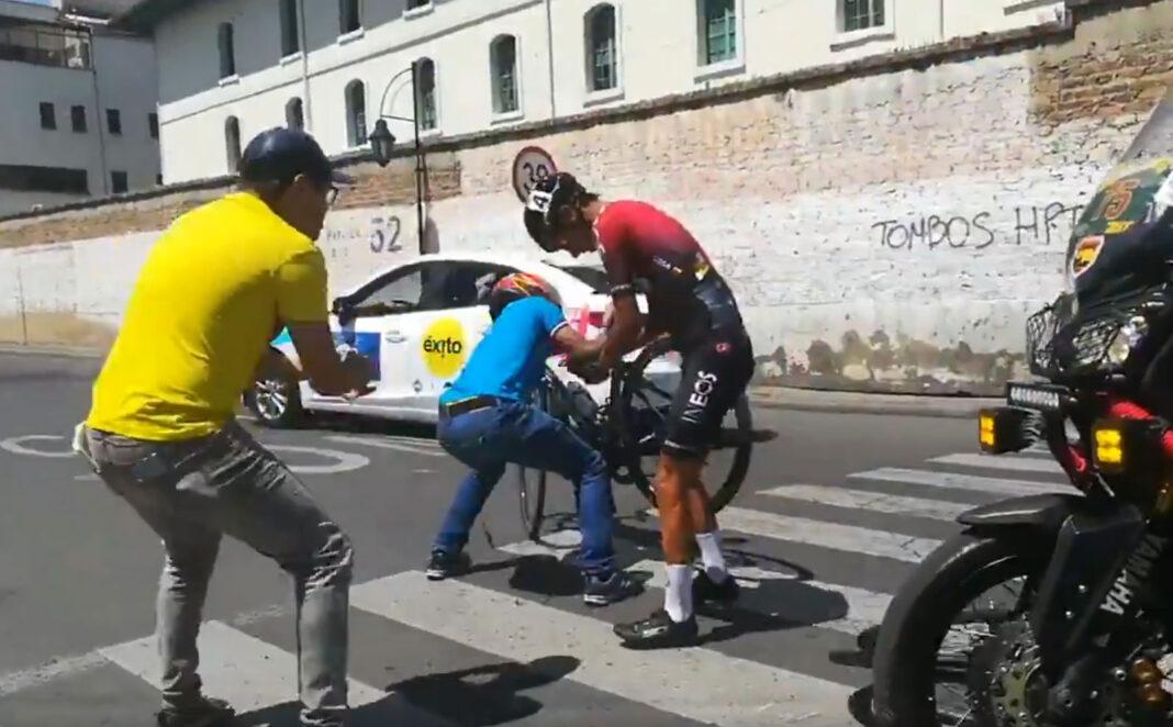 video-Reputa-vamos-papá.-Los-gritos-de-un-fan-tras-la-caída-del-ciclista-Ivan-Sosa-en-un-paso-de-cebra-ciclista-ineos