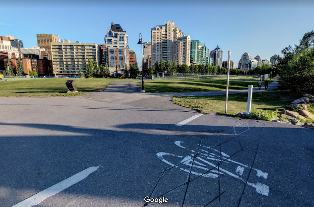 Algunas ciudades están cerrando carreteras para asegurar el distanciamiento entre ciclistas y peatones