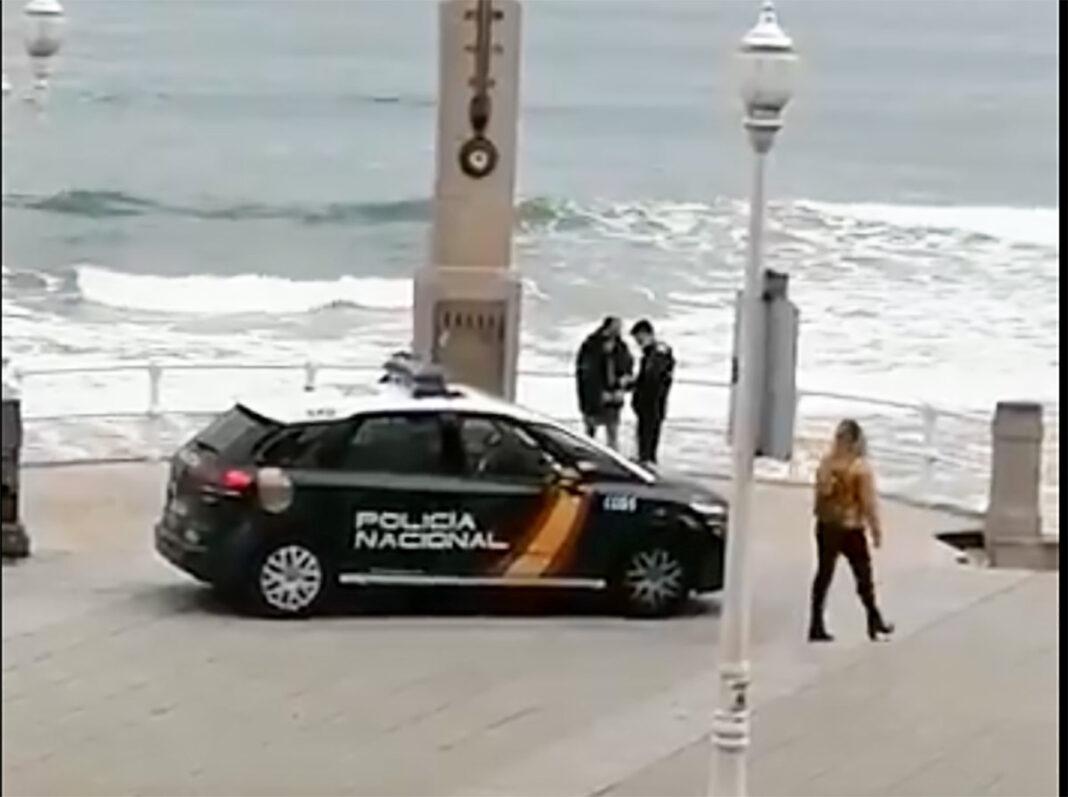 En bicicleta y tosiendo a los agentes trató de huir pedaleando en dirección contraria