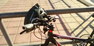Errores-de-algunos-ciclistas-Llevar-el-casco-colgado-del-manillar