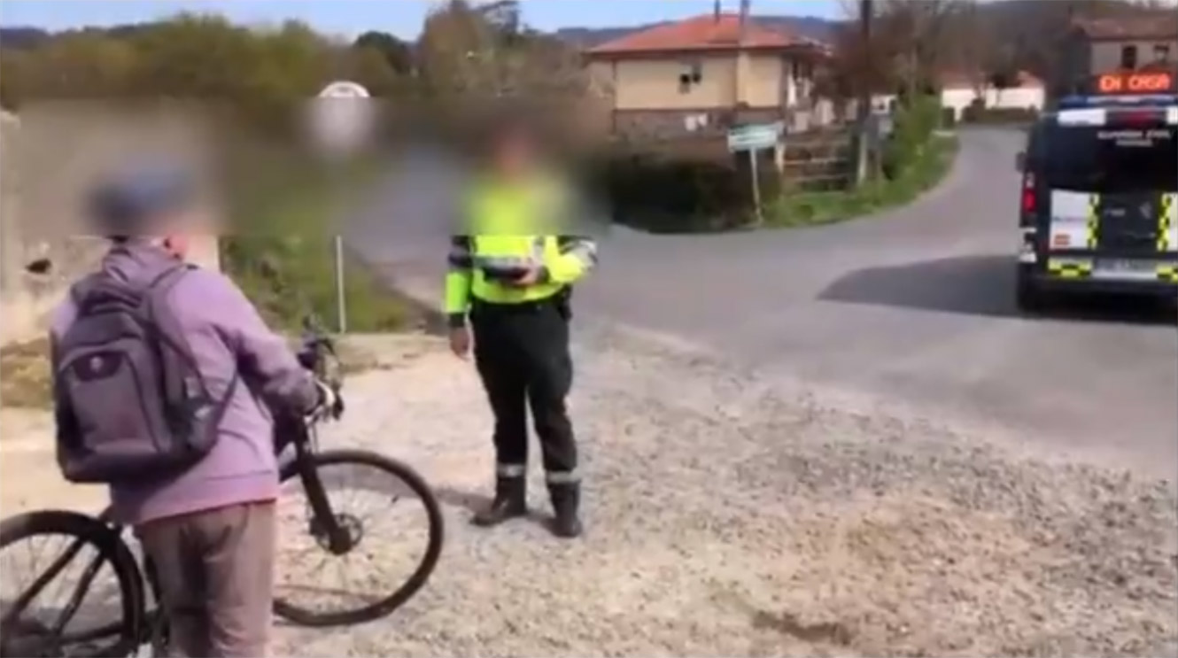 Vídeo: Denunciado por montar en bicicleta y fingir que vivía en la casa de al lado