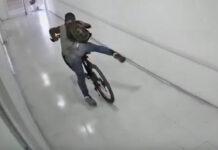 Vídeo-Le-roba-la-bici-a-un-médico-de-guardia-dentro-del-hospital-ladron