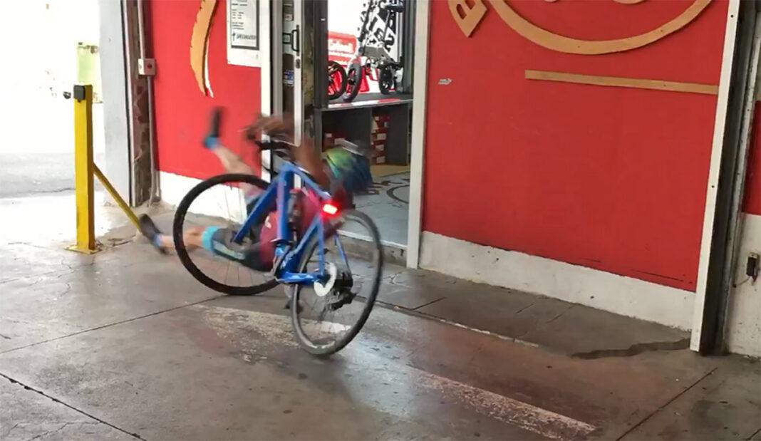 Vídeo: Parte el casco al bajarse de la bici eléctrica y tropezar. ¡El casco siempre!