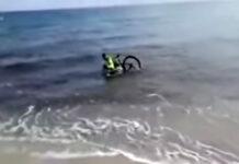 Vídeo: Se mete al mar con su bicicleta para evitar ser multado