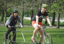 Una-bicicleta-para-dos-que-cumple-el-distanciamiento-social-el-menos-en-algunos-lugares-del-mundo