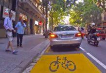 Vídeo: Así para Paco su coche en el carril bici para hablar con Manolo