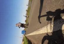 Las imágenes fueron remitidas a las autoridades, quienes han abierto una investigación para tratar de localizar a la persona que iba conduciendo la motocicleta.