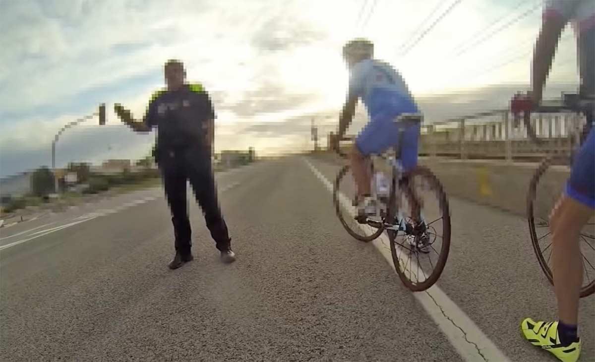 Vídeo-Los-ciclistas-federados-no-pueden-alejarse-más-de-1-Km-de-su-domicilio-según-este-policía