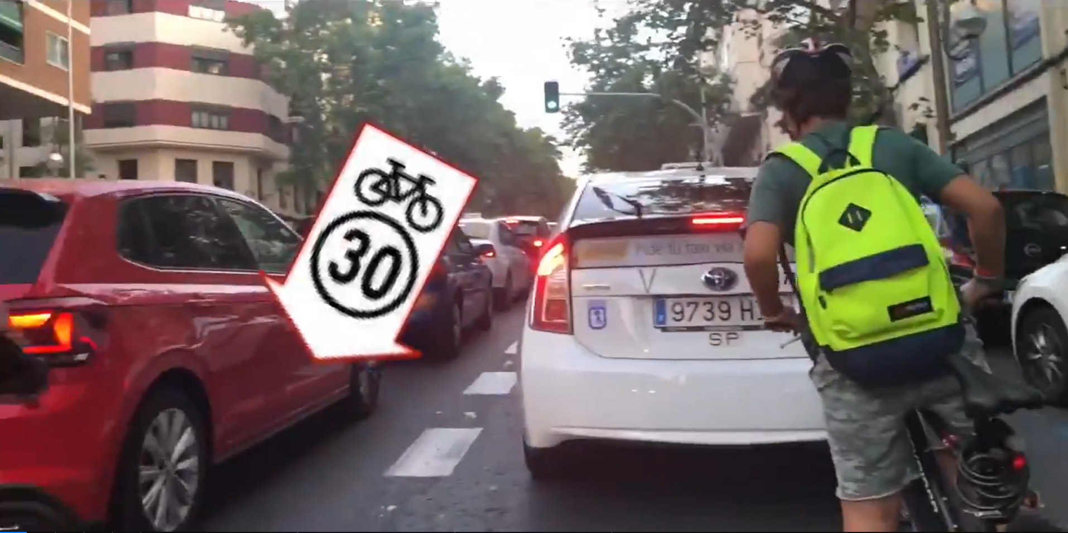 carril-30-ciclista-en-madrid-ocupado-por-miles-de-coches-atascados-contaminacion