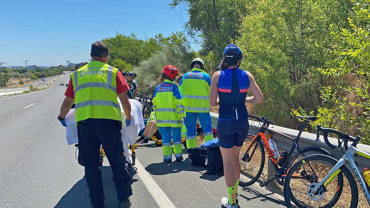 112-Emergencias-avisa-Echar-un-vistazo-hacia-atrás-para-ver-por-dónde-vienen-el-resto-de-ciclistas-puede-acabar-en-caída