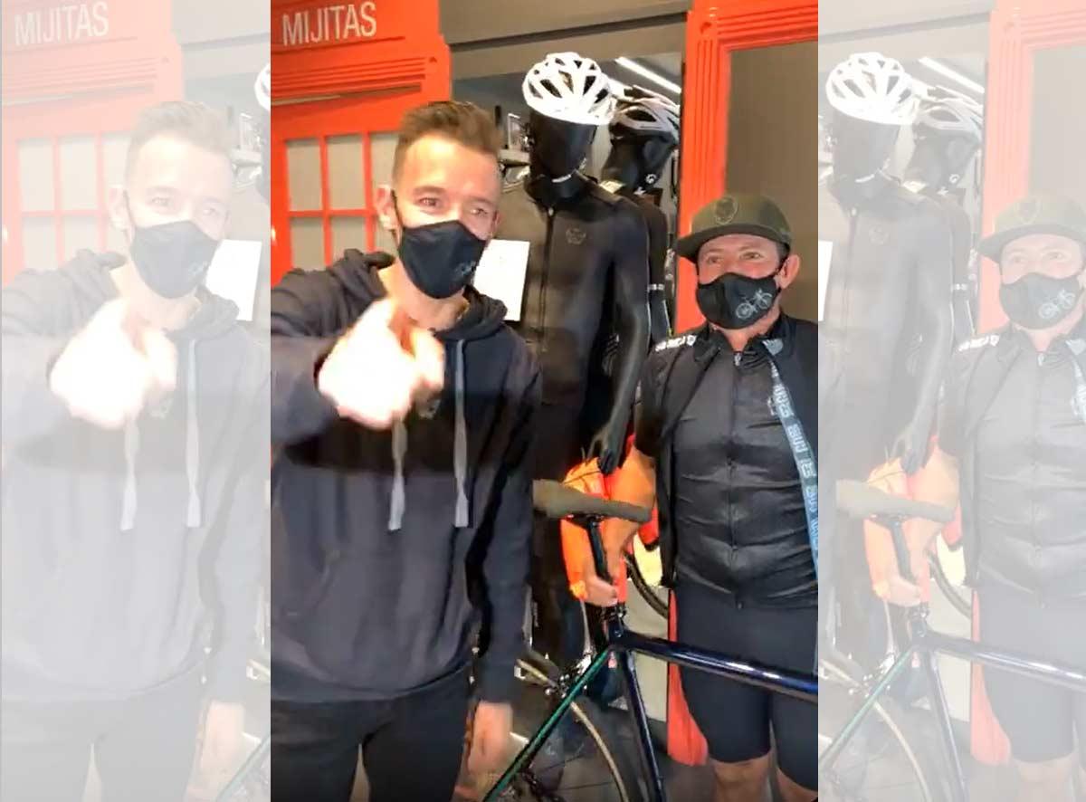 Rigoberto Urán regala una biciclea Cannondale al campesino que le siguió en la carretera