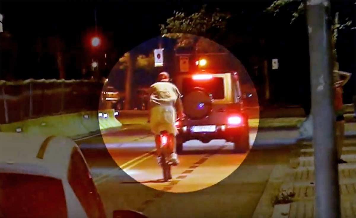 El vídeo de Gerard Piqué en bicicleta eléctrica saltándose semáforos, medianas y con los cascos puestos