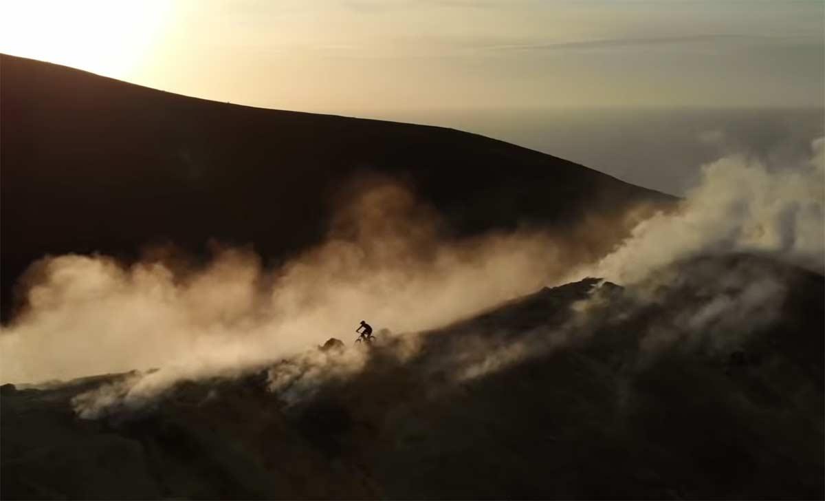 Montando en bicicleta de montaña por un volcán? Kilian Bron & Commencal Bikes