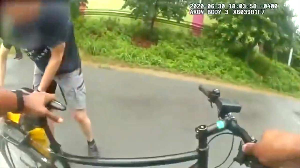 Un policía pide prestada una bicicleta a un ciclista para atrapar a un sospechoso Atlanta