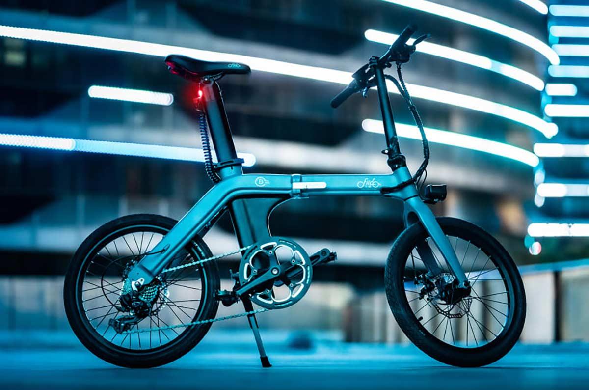 Una-bicicleta-eléctrica-ebike-plegable-de-12-kg-con-100-km-de-autonomía-por-700€-Así-es-la-FIIDO-D11