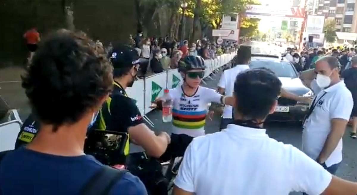 Vídeo-¡Un-metro-por-favor-Así-pide-en-línea-de-meta-el-distanciamiento-a-organizador-y-fotógrafos-la-campeona-del-mundo-Annemiek-van-Vleuten-tras-ganar-en-Navarra