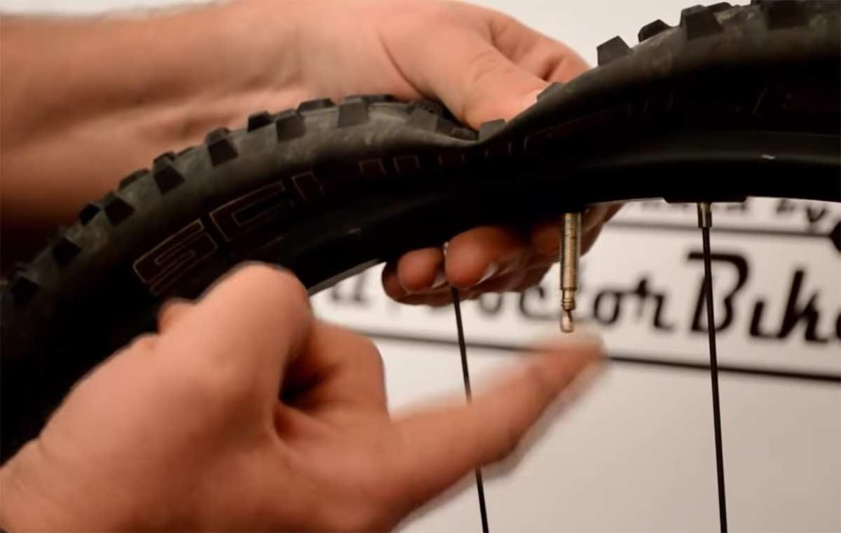 Vídeo-Cómo-reparar-un-pinchazo-fácilmente-bicicleta-rueda