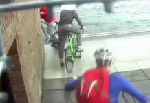 """Vídeo: En """"pelotas"""" y con mascarilla, así dejaron a este supuesto ladrón de bicicletas en plena calle"""