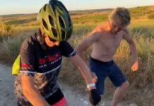 Vídeo: Mercedes Milá se cae de la bicicleta y Jesús Calleja le muestra la técnica del cangrejo