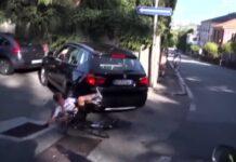Un-coche-se-cuela-en-el-circuito-de-Lombardía-Más-bien-el-organizador-dejó-pasar-al-coche