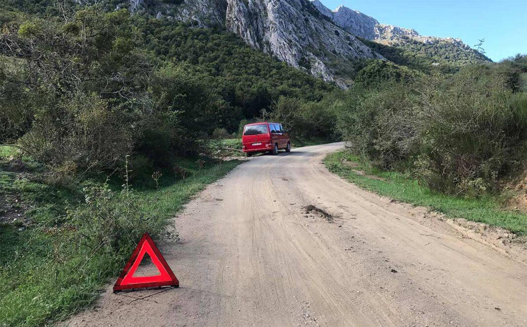 Dos-ciclistas-salvan-de-un-apuro-a-un-conductor-de-una-furgoneta-camper
