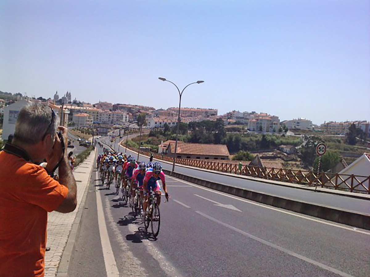 Grave accidente entre un ciclista y un motorista en la Vuelta a Portugal