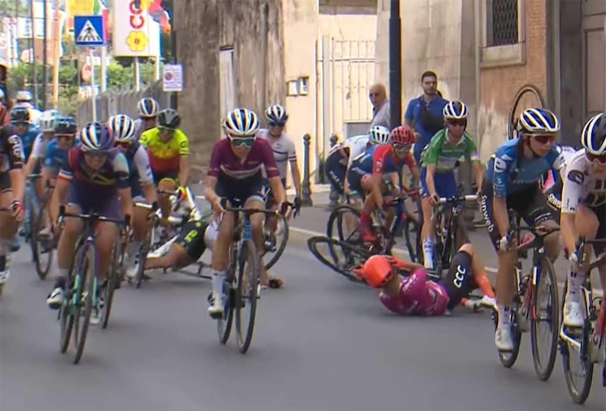 Video-La-brutal-caida-de-van-Vleuten-lider-del-Giro-Rosa-que-la-obliga-a-abandonar