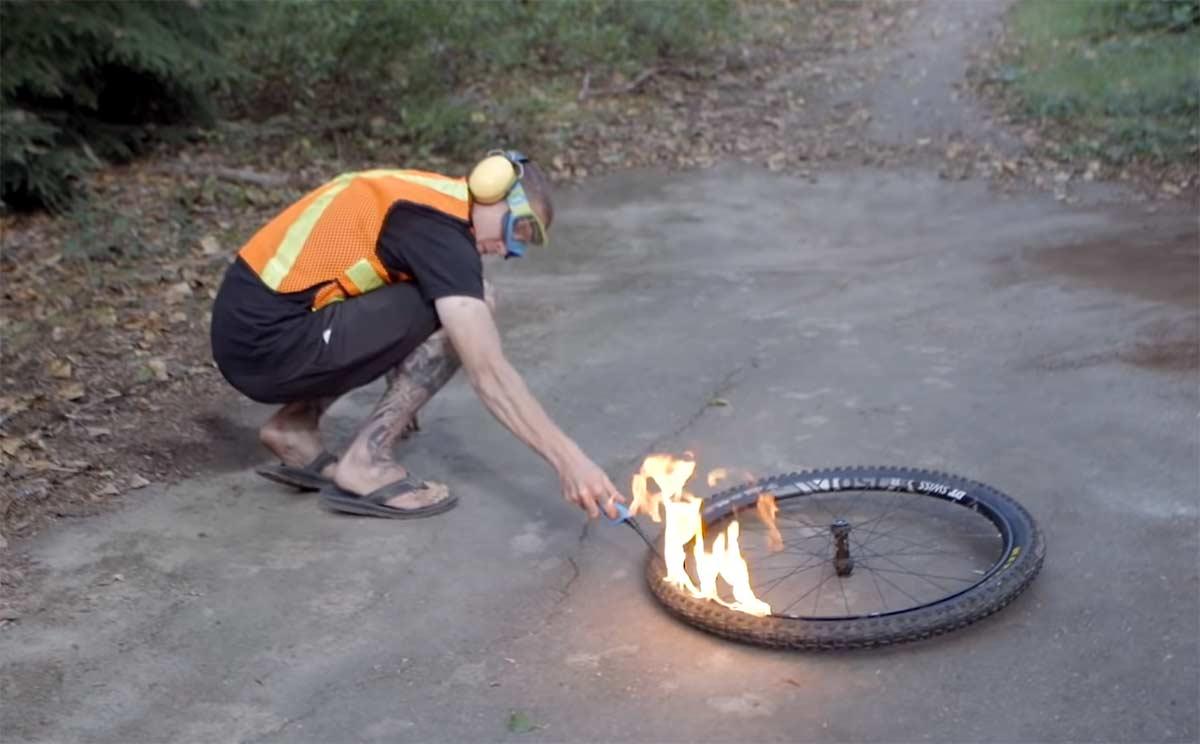 Vídeo: ¿Se puede hinchar una rueda con gas y una explosión?