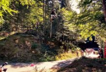 Vídeo: Un ciclista de montaña vuelve a saltar sobre los corredores del Tour de Francia