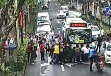 Vídeo: Varias personas levantan un autobús para rescatar a una ciclista atropellada