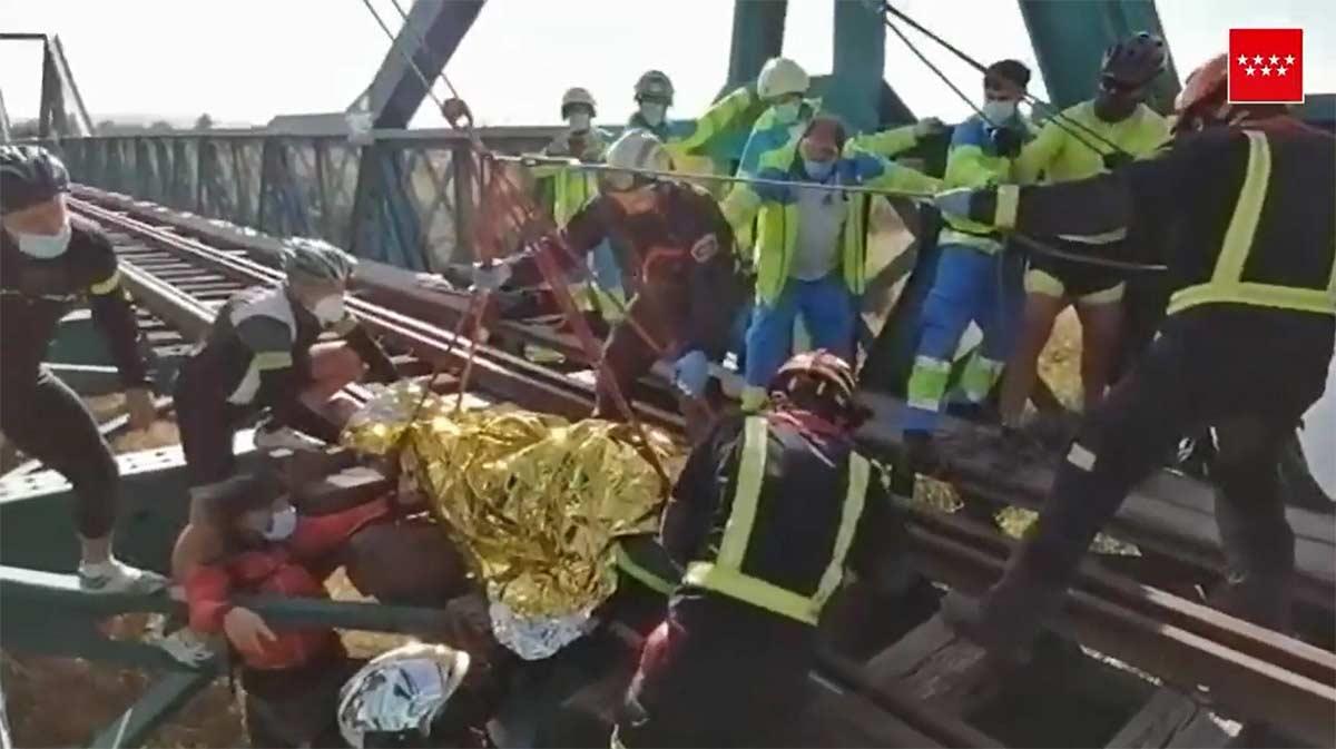 Vídeo: Ciclista rescatado al caer del puente ferroviario de Arganda del Rey en Madrid