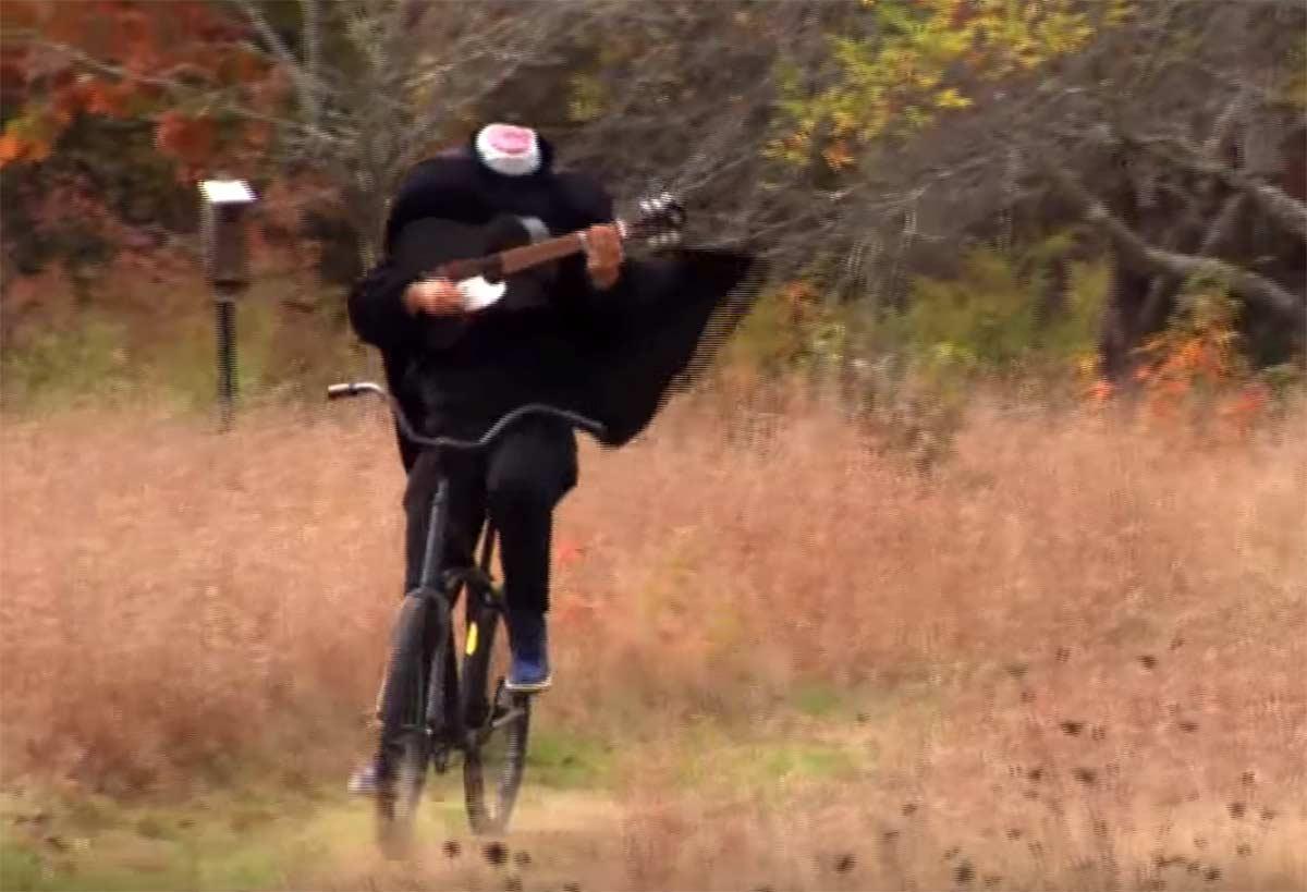Video-Un-ciclista-sin-cabeza-se-pasea-en-bici-tocando-la-guitarra-slam-dunkle-sleepy-hollow-bicicleta