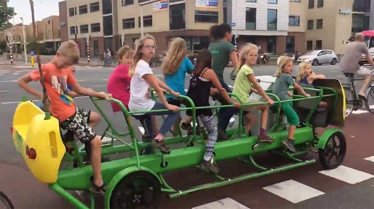 Video-A-pedales.-Asi-son-los-autobuses-escolares-holandese