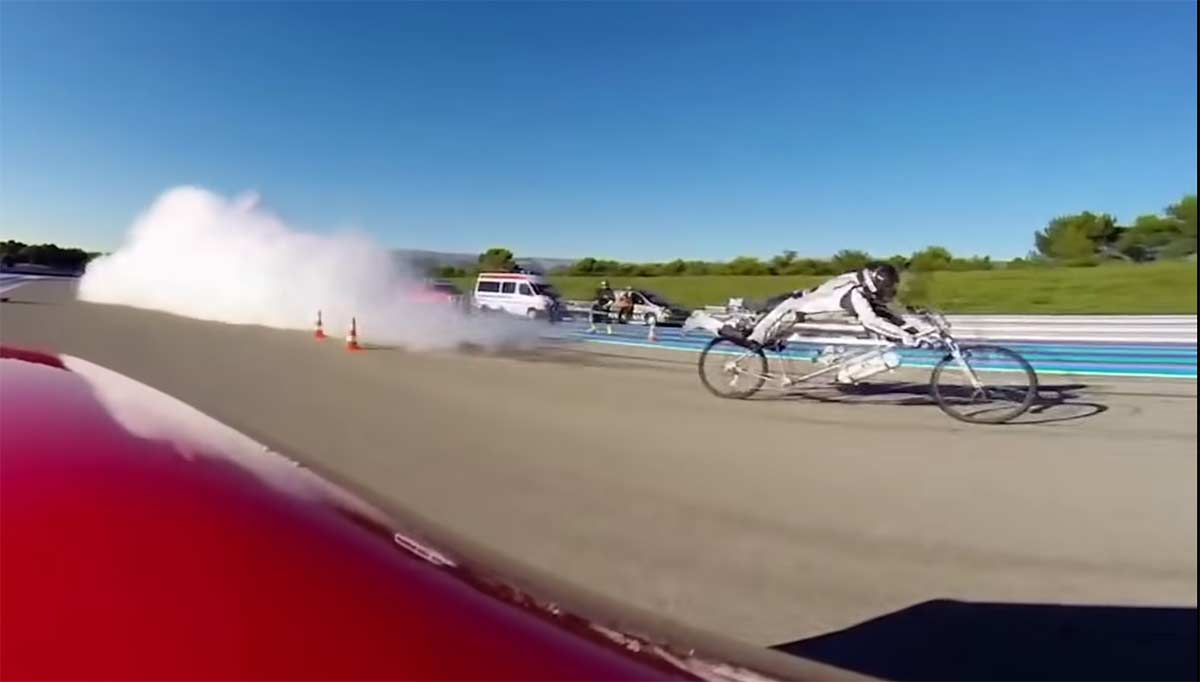 Vídeo: Así venció una bicicleta a un Ferrari a 333 km/h