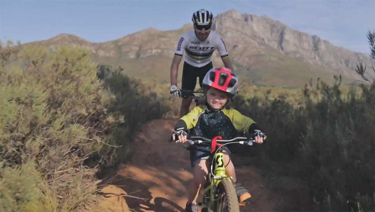 Video-Nino-Schurter-y-su-hija-montando-en-el-bike-park