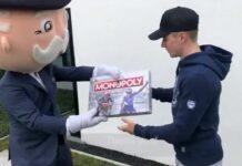 Vídeo: Remco Evenepoel recibe el Monopoly ciclista versión Pro de la mano de Mr. Monopoly