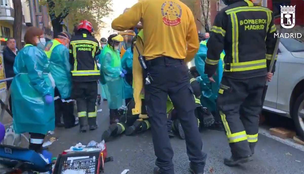 Vídeo: Rescate de un ciclista de los bajos de un coche tras ser atropellado en Madrid